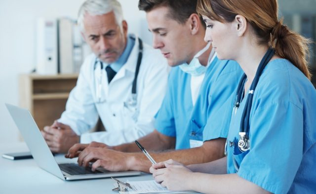 Doctor-with-medical-team_G_465416415